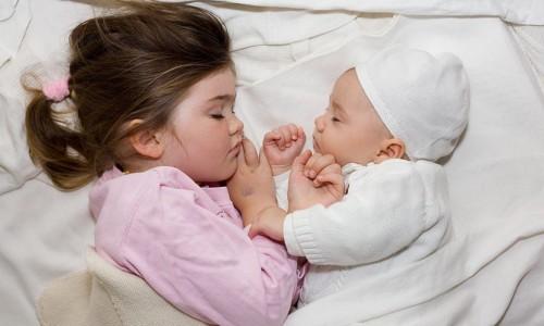 Dormire nel lettone con il proprio bambino è rischioso?